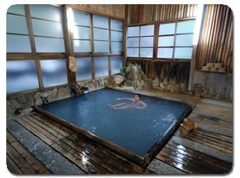 Traditional_onsen_bath.jpg