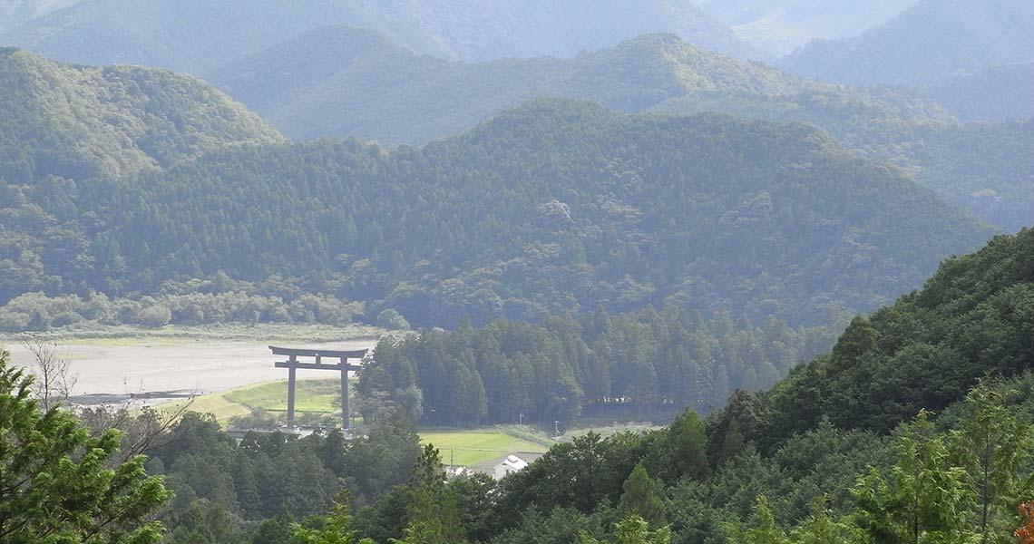 熊野古道中辺路 「ちょっと寄り道展望台」から大斎原と大鳥居を望む